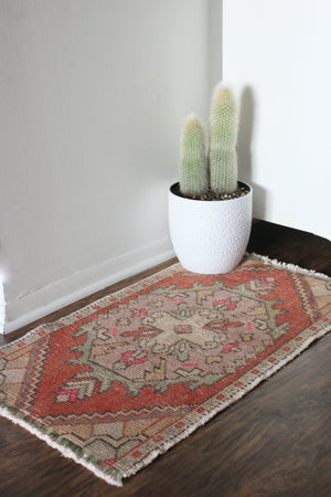 "Load image into Gallery viewer, TURKISH MINI RUG 1'7.5"" X 2'11"""