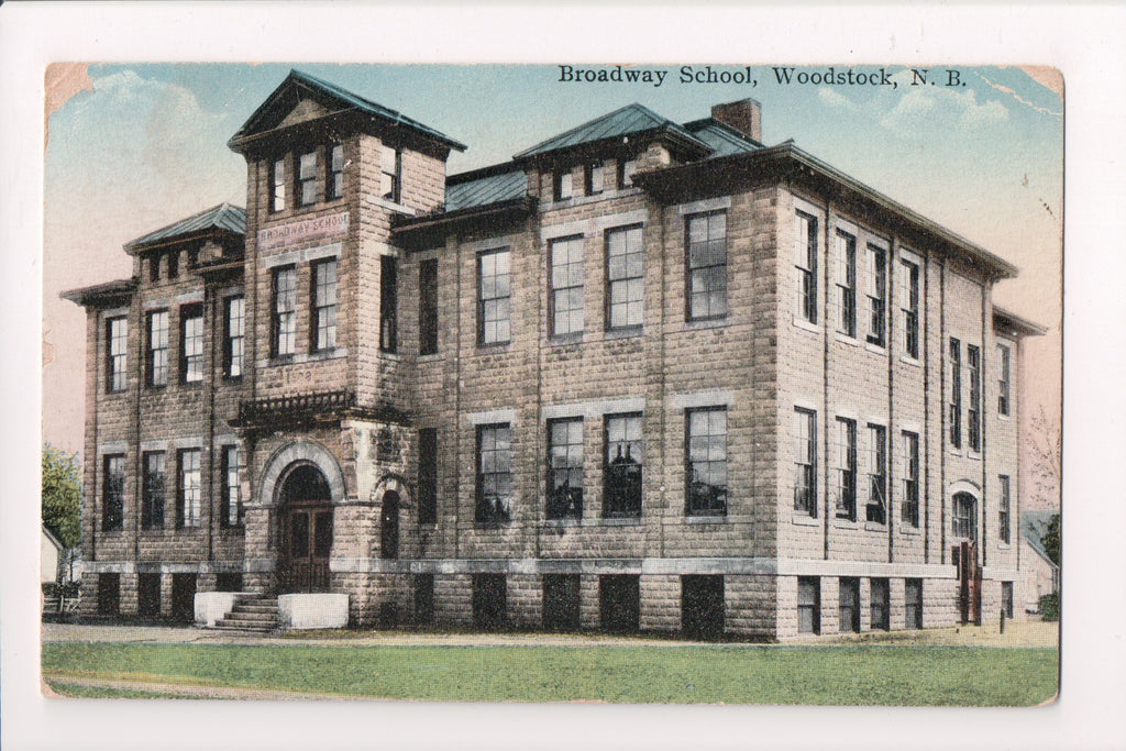 Canada - Woodstock, NB - Broadway School postcard - B11035
