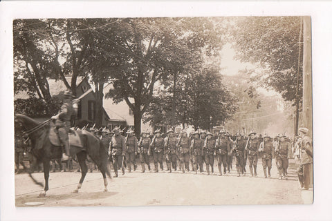 Misc - Military - Parade thru town, men in uniform with guns, WWI - RPPC - BP003