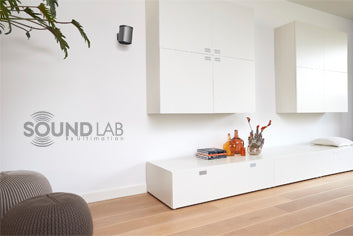 soundlab-lifestyle-livingroom-wallmount-bracket-play1