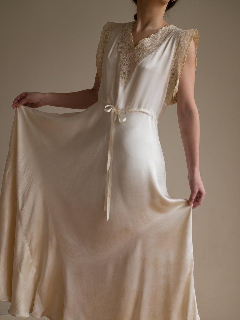 Sabellar.com / Vintage wedding nightgown embroidered and made of wild silk