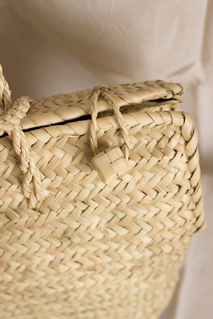 Plaited palm leaves handmade handbag from Mallorca. Picture of the clasps.