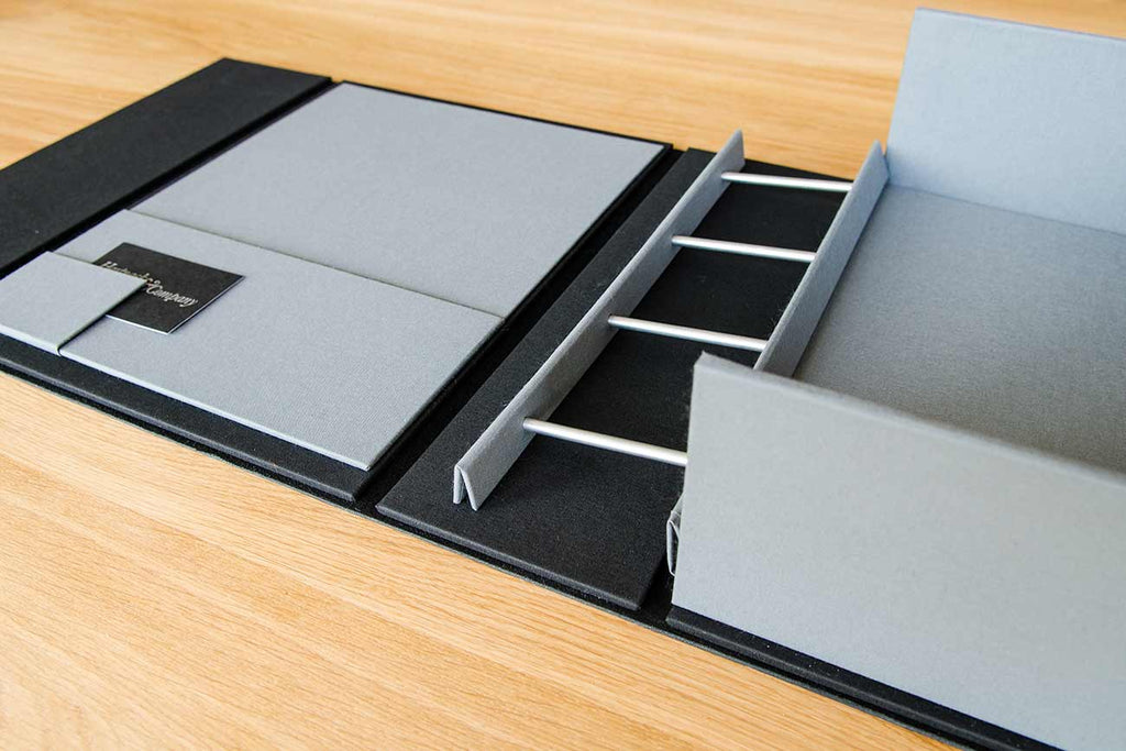the binder mechanism is screw post mechanism which hinges on tray and allows for easy reading