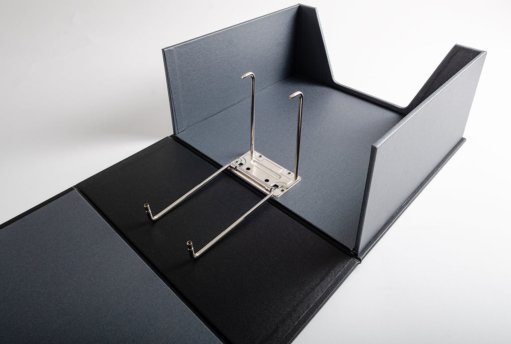 The box binders for the Aston Martin racing cars, were given the largest binder mechanism we have which is the 12cm super binder which is held closed using screws at the top.