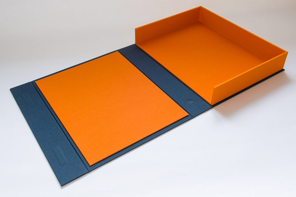 The half clamshell drop back box has a Solo orange inner cover and tray