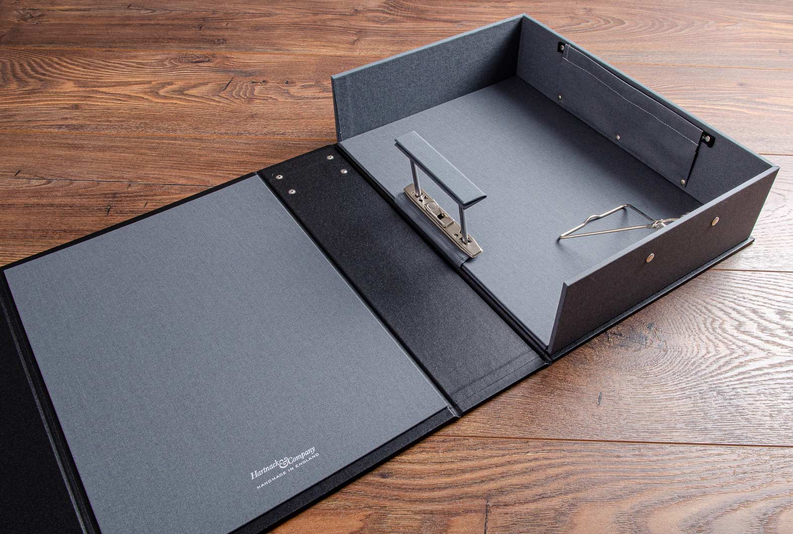 The vehicle box file consists of a hinged screw post binder, a spring clip and a pocket to keep the car keys in