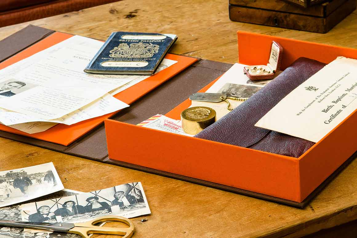 H&CO Drop Back Clamshell Archive Box