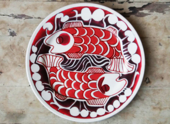 Vibrant red fish design wall plate décor