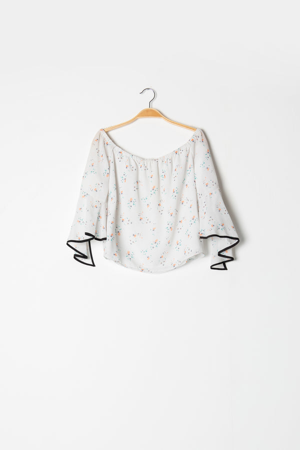 Blusa 'off the shoulder' con bies en contraste