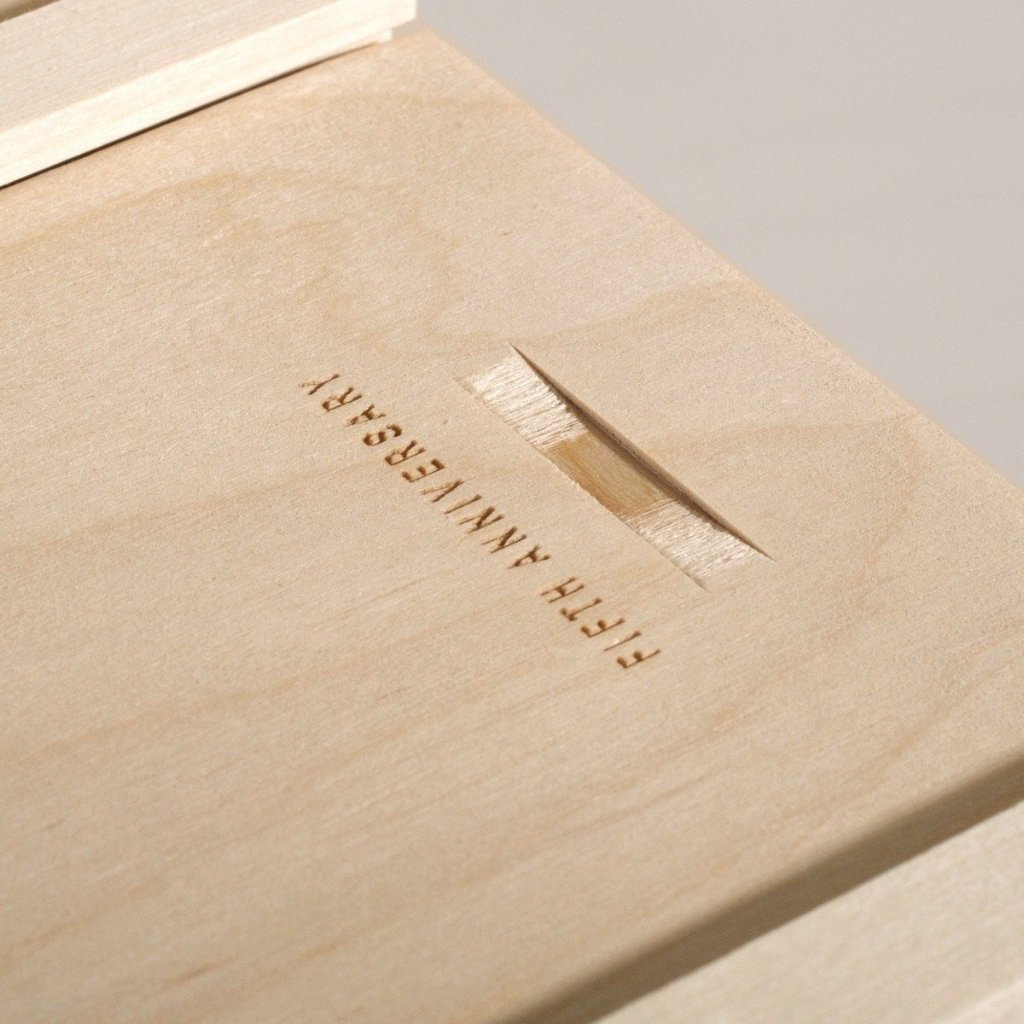 Simple Vintage Anniversary Wine Box - Detail Image 2