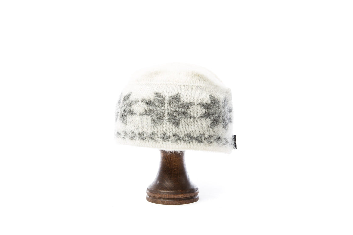 White brushed wool women´s hat with grey nordic pattern