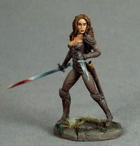 Dark Sword Miniatures DSM7437 Dual Wield Rogue Female