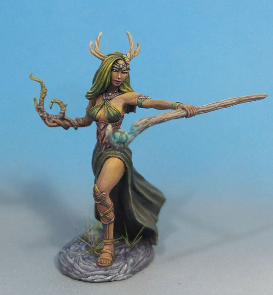 Dark Sword Miniatures (DSM7472 Female Druid With Staff)