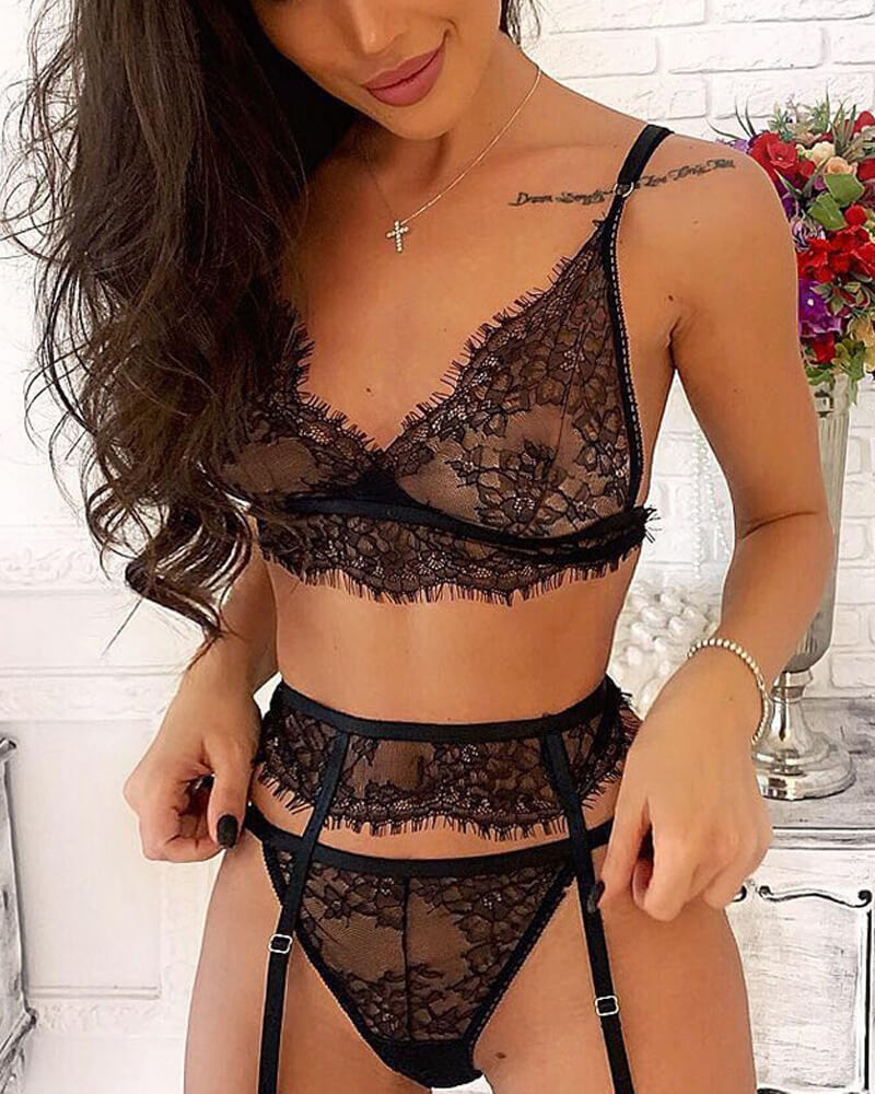 Stylish Floral And Bandaged Cut-Out Bra Set