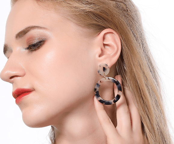Dangles | Tortoiseshell Round - Light Earrings Gray.Label