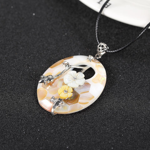 Yangtze Store Shell Pendant with Floral Decoration Champagne PPD003