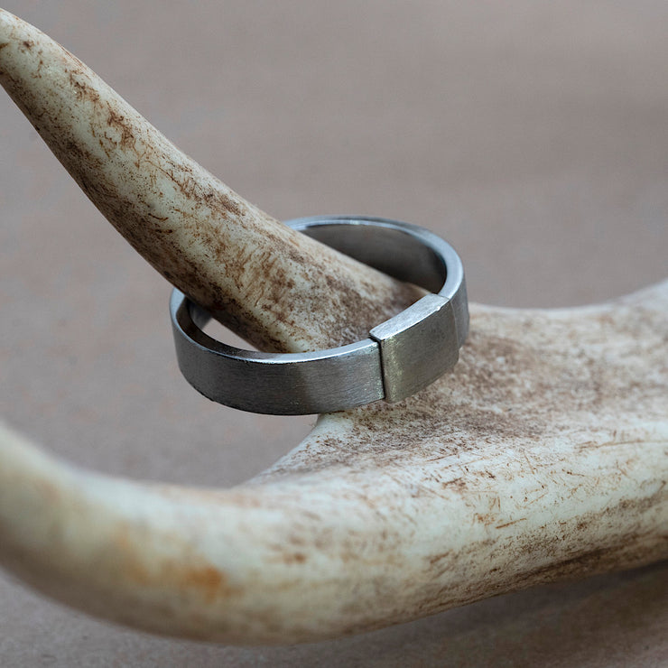 The Classic 5mm Barrel Band with a silver platinum insert on a deer antler.