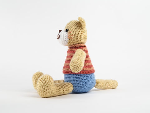 Crochet Cat Kit and Pattern in Deramores Yarn