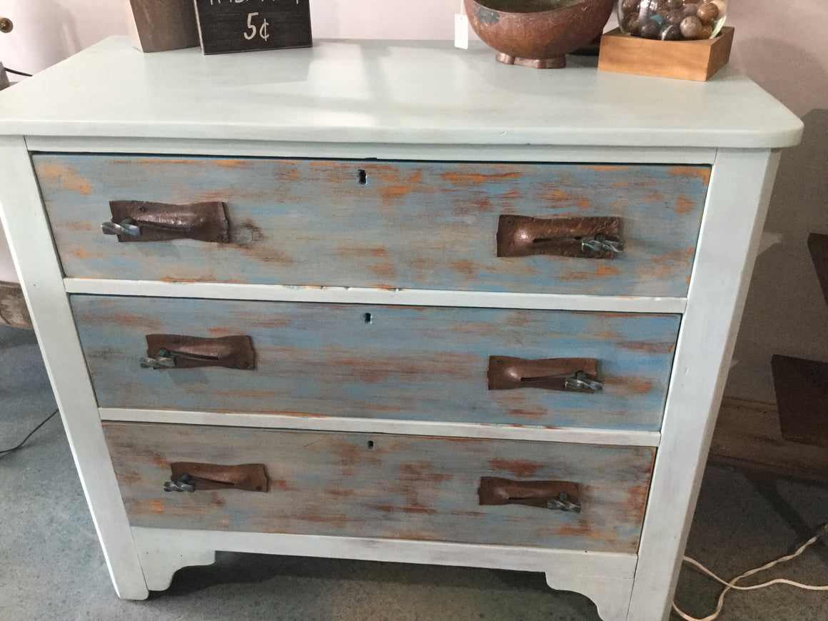 Blue 3 drew dresser with rusty hardware - VINTAGE JOURNEY MARKET - Upcycling & Restoration