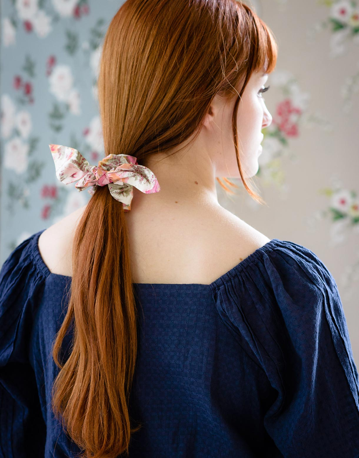 Scrunchie with bow in Peony