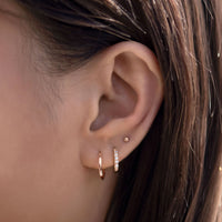 caption:Model wearing 3mm on third hole