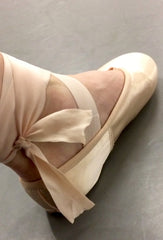 where to tie ribbons on pointe shoes 5 points for pointe shoes dance blog Kimberley Berkin