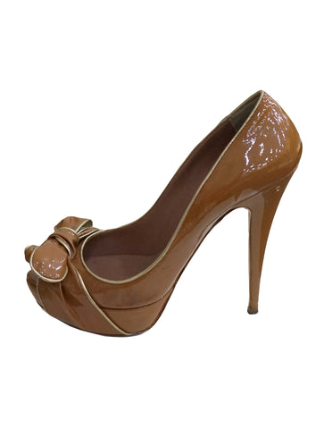 BROWN PATENT LEATHER BOW DETAIL PUMPS