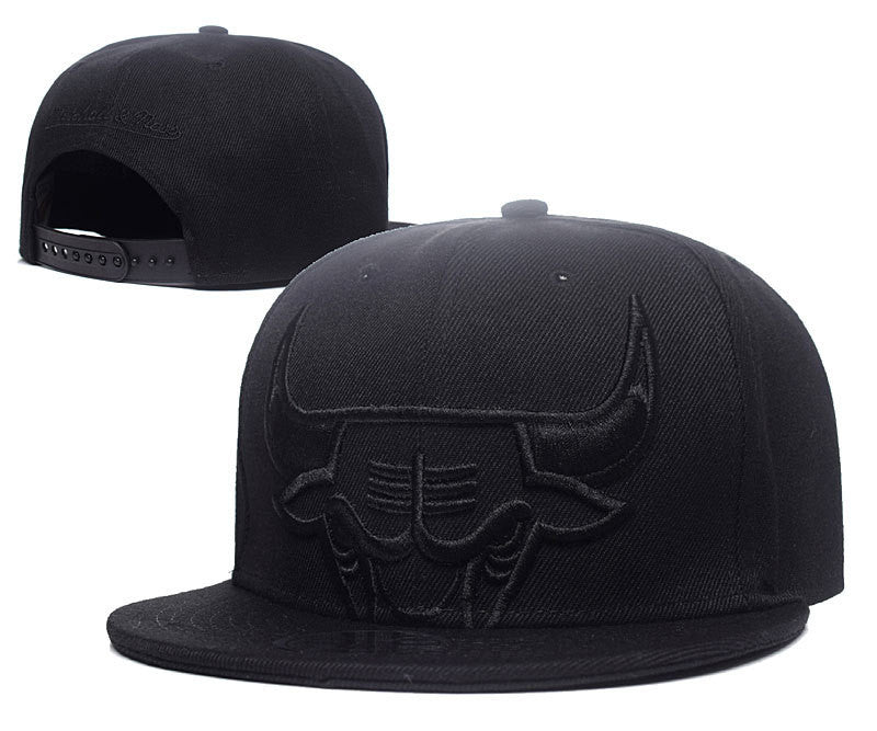 the latest c00a0 dcf3a Mitchell   Ness Bulls Cropped XL Logo Snapback cap Black ...