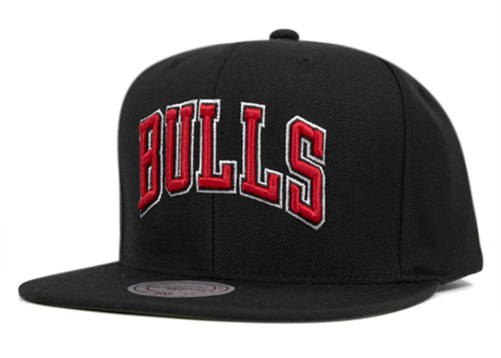 d319b64dc26 ... Mitchell and Ness snap back Cap wool solid 2 Chicago Bulls Black ...