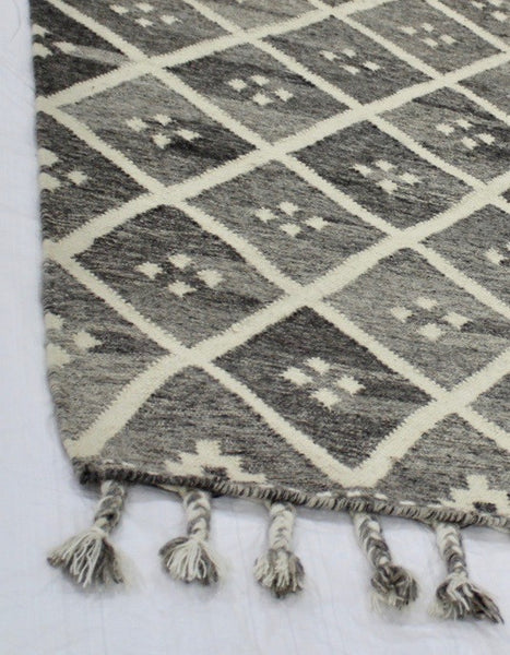 Hand hooked Moroccan trellis tribal Mapuche design in neutral tones