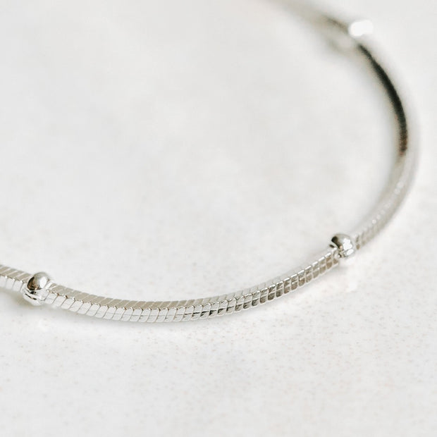 Minimalistic silver chain with tiny silver knots by Manipura