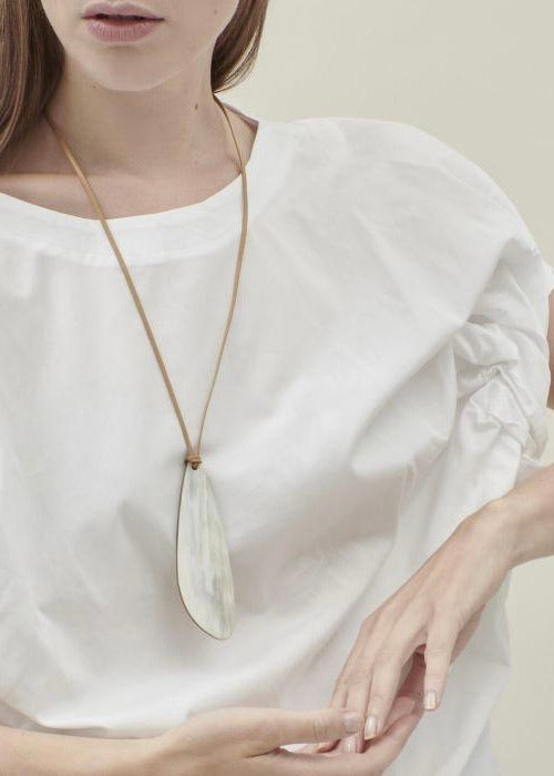 CATH•S | Horn Necklace with Beige Delta Pendant