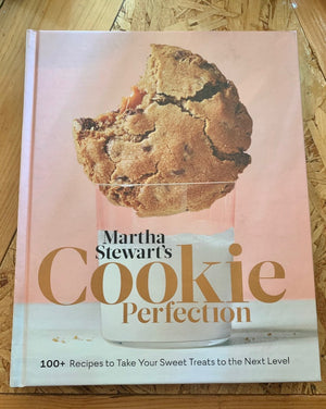 The editors of Martha Stewart Living present a new, fun source for anyone looking to make their go-to cookies even better and bolder. These recipes make ordinary cookies absolutely extraordinary—all the familiar favorites you love, but taken up a notch in variety, flavor, and creativity.