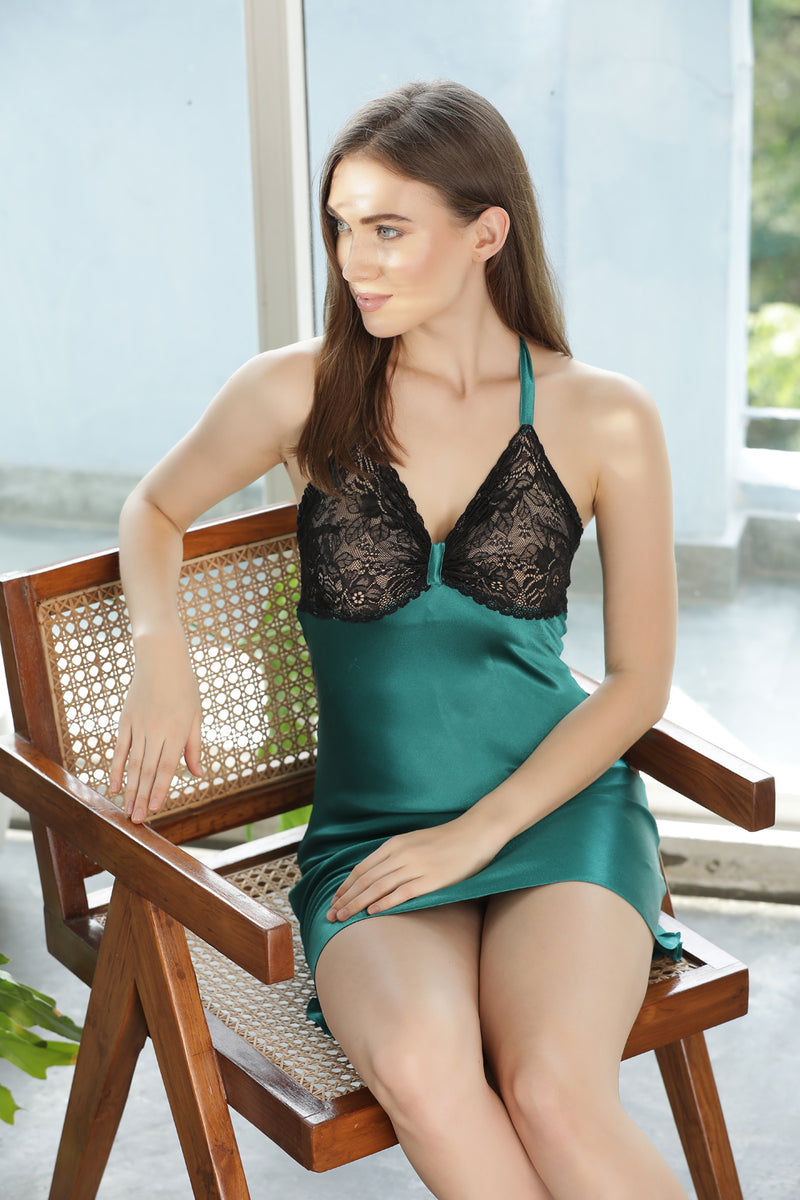 Seductive emerald Night Gown set in soft fluid satin