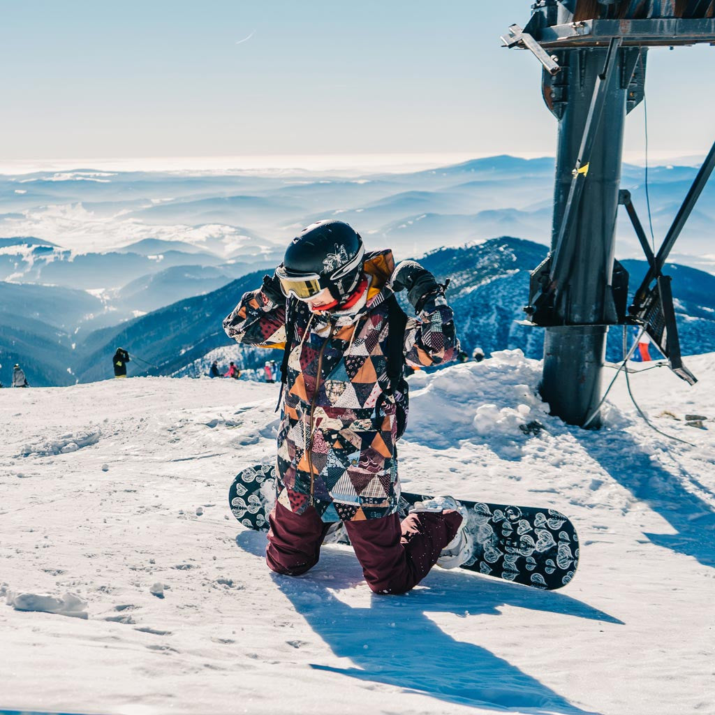 How to keep warm when snowboarding or skiing