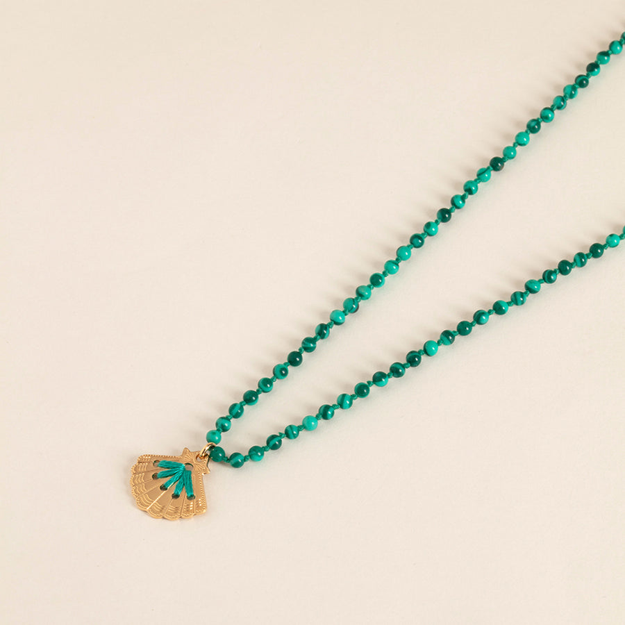 collier camille enrico broderie or malachite perles amulette médaille coquillage