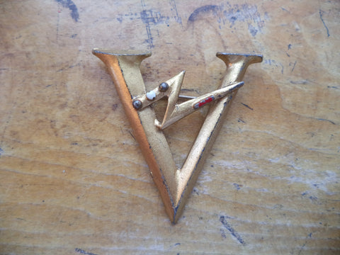WWII V for Victory Pin Dot Dot Dot Dash Large Gold Tone Victory Pin Brooch LN Little Nemo