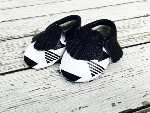 CLEARANCE - FINAL SALE- Triangles Black/White Printed Leather Baby Moccs