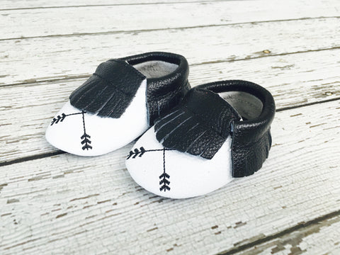 CLEARANCE - FINAL SALE- Arrows Black/White Printed Leather Baby Moccs