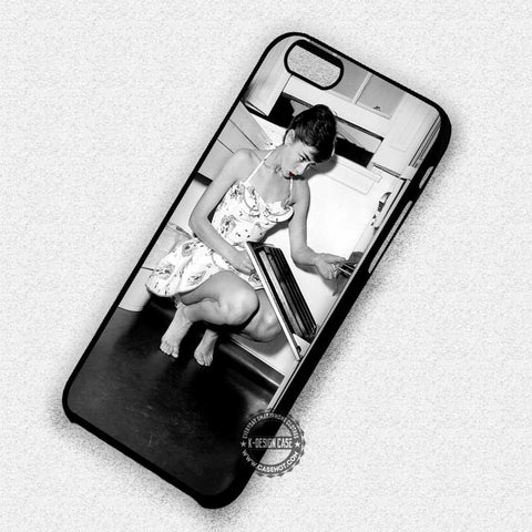 Audrey Hepburn Cooking Black and White - iPhone 7 6 5 SE Cases & Covers