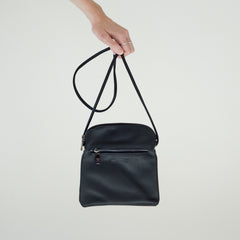 Black faux leather cross body purse | Sac à Main Croisé en Faux Cuir Noir - Boutique C.H.I.L. ( boutiquechil.com )
