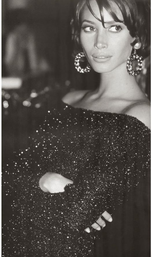 christy-turlington-big-earrings