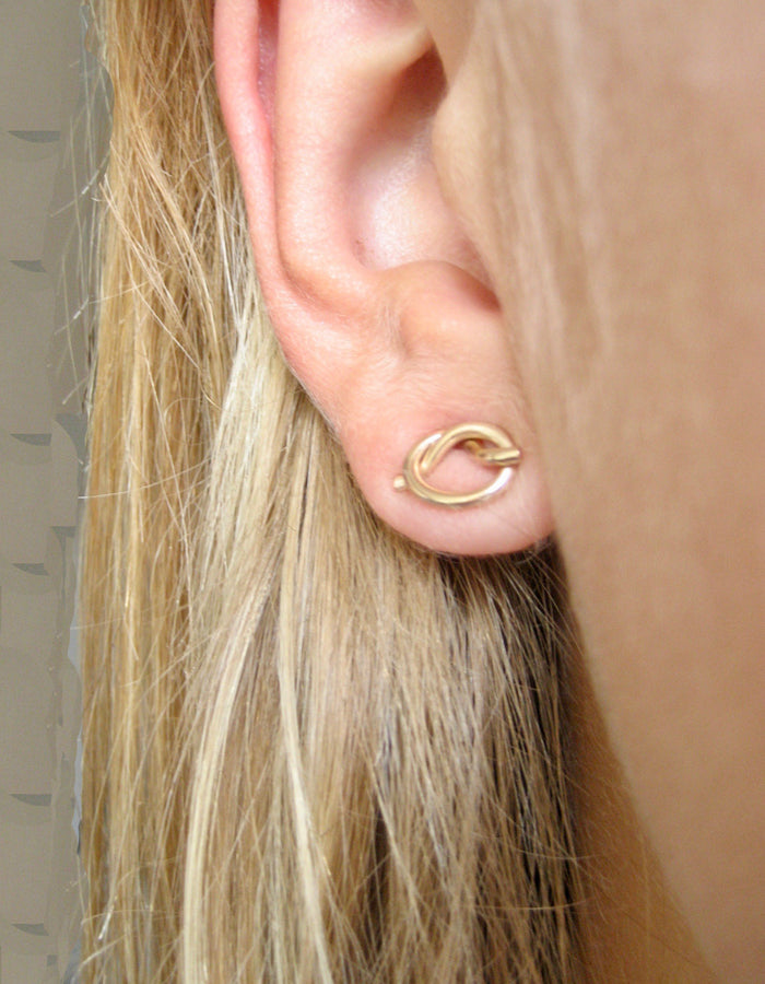 Love knot studs örhängen i 14k gold filled