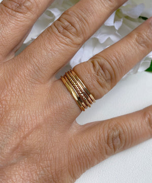 Set med 5 ringar i 14k gold filled, slät ring hamrad ring twist ring