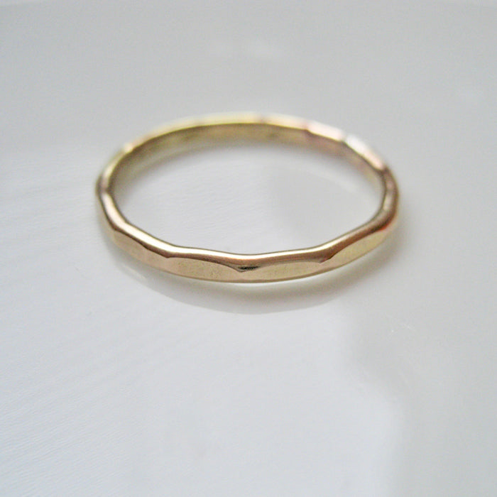 Hamrad ring i 14k gold filled, unisex ring, tumring