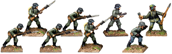 GWG010 - German Infantry In Helmets Attacking