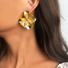 Load image into Gallery viewer, Metal and Resin Flower Earrings
