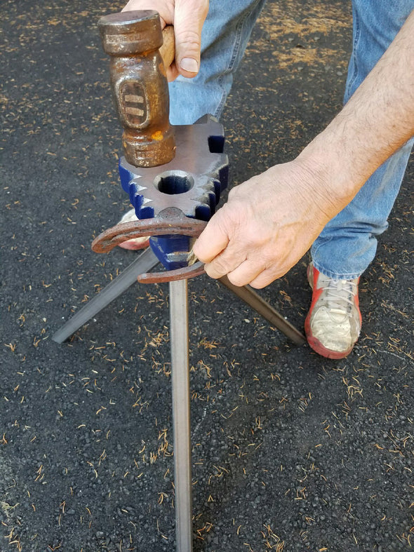 Farrier using the end clip horn