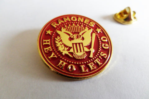 RAMONES hey ho let's go (claret/gold) PUNK METAL BADGE
