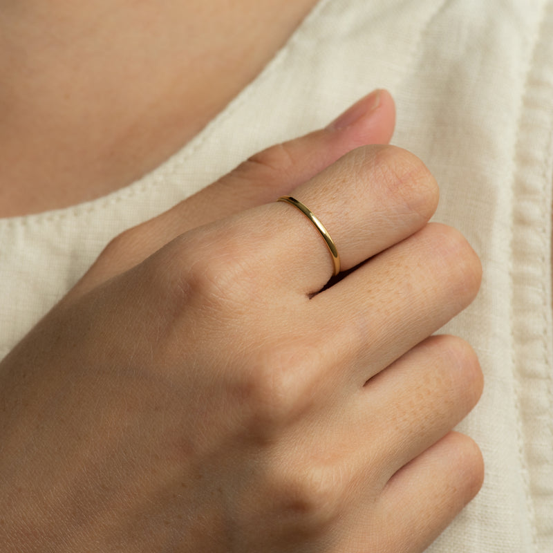 Yellow gold ring Ivy worn on hand model